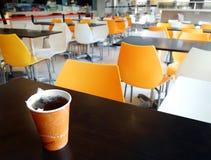 Schulecafeteriatabelle mit Tasse Tee Lizenzfreie Stockfotografie