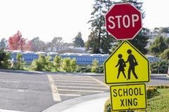 Schulecrosswalk-Zeichen Stockfoto