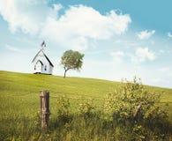 Schulehaus des alten Landes auf einem Hügel stockfotografie