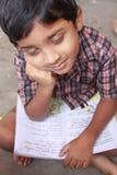Schulejunge, der mit Buch schläft Lizenzfreie Stockbilder