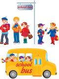 Schulekinder auf Bushaltestelle Stockfoto