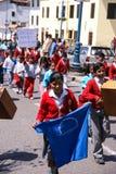 Schulekinder, die Fahnen tragen Stockfoto
