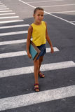 Schulemädchen auf Crosswalk Lizenzfreies Stockbild