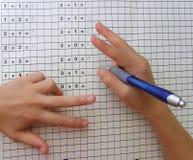Schulemädchen, das Mathe mit den Fingern erlernt Lizenzfreies Stockbild
