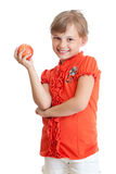 Schulemädchenportrait, das den roten Apfel getrennt isst Stockfoto