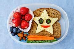 Schulen Sie Brotdose für Kinder mit Lebensmittel in Form von lustigen Gesichtern Lizenzfreies Stockbild