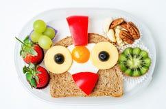 Schulen Sie Brotdose für Kinder mit Lebensmittel in Form von lustigen Gesichtern Stockbild