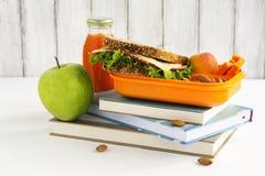Schulen Sie Brotdose mit Sandwich, Früchten und Nüssen Stockfotos