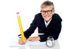 Schulen Sie das Kind, das seine Anweisung in der Zeit beendet Lizenzfreie Stockfotografie