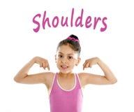 Schulen Sie die Karte des Mädchens zeigend auf ihre Schulter, die auf weißem Hintergrund lokalisiert wird Lizenzfreies Stockfoto