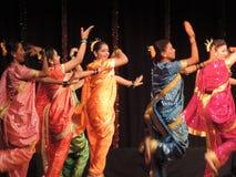 Schulen Sie die Kinder, die auf jährliches Tagesereignis, Maharashtra, Indien tanzen Stockfoto