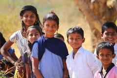 Schulen Sie gehende arme Kinder nahe einem Dorf in Pune, Indien lizenzfreies stockbild