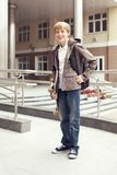 Schulen Sie jugendlich mit Schultasche und Skateboard Lizenzfreies Stockfoto