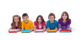 Schulen Sie Kinder mit bunten Büchern Lizenzfreie Stockbilder