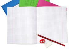 Schulen Sie Notizbuch, Bleistift, Bleistiftspitzer und Radiergummi Lizenzfreies Stockfoto