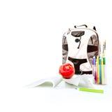 Schulen Sie Rucksack, Notizbuch, Papierfläche, Bleistifte und roten Apfel Lizenzfreies Stockbild