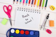 Schulen Sie Zubehör für Bildung auf weißen Brettern, zurück zu Schule im Notizblock lizenzfreies stockfoto