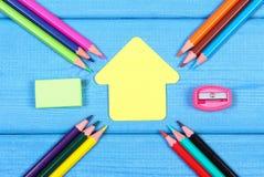 Schulen Sie Zubehör und Form des Schulgebäudees auf blauen Brettern, kopieren Raum für Text Lizenzfreies Stockbild