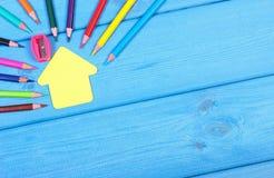 Schulen Sie Zubehör und Form des Schulgebäudees auf blauen Brettern, kopieren Raum für Text Stockfoto