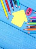 Schulen Sie Zubehör und Form des Schulgebäudees auf blauen Brettern, kopieren Raum für Text Stockbilder