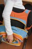 Schulerucksack und -hand. Stockfoto