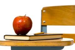 Schuleschreibtisch mit Apfel lizenzfreie stockbilder