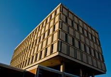 Schulgebäude auf blauem Himmel Stockfotografie