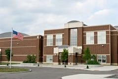 Schulgebäude mit Markierungsfahne Lizenzfreie Stockfotos
