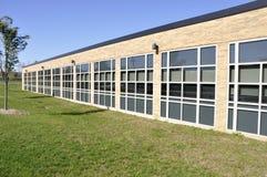 Schulgebäude mit vielen Fenstern Lizenzfreies Stockfoto