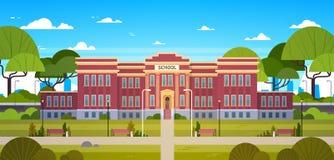 Schulgebäude und leerer Front Yard With Green Grass und Baum-Landschaft Stockbilder
