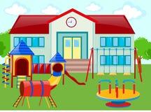 Schulgebäude und Spielplatz Lizenzfreie Stockbilder