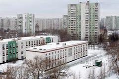Schulgebäudee und Wohngebäude im Bezirk Bibirevo Lizenzfreies Stockfoto