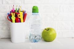 Schulhintergrund: eine weiße Backsteinmauer mit Zubehör Stockfotos