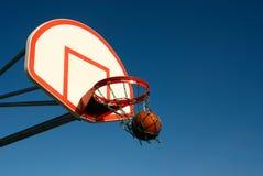 Schulhof-Basketball Stockbild