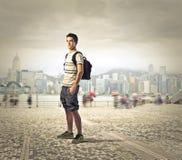 Schuljunge in der Stadt stockbilder