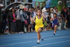 Schuljunge läuft während des Staffellaufs des Sporttagesfestivals lizenzfreie stockfotografie