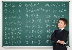 Schuljunge lösen Mathe an Bord stockfotografie
