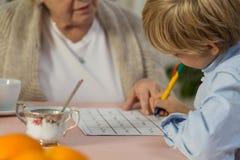 Schulkind, das Mathe tut Lizenzfreies Stockfoto