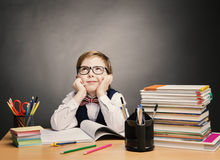 Schulkind-Junge in den Gläsern denken Klassenzimmer, Kinderstudenten-Buch
