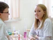 Schulkinder in der Wissenschaftsklasse stockbild