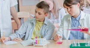 Schulkinder in der Wissenschaftsklasse lizenzfreie stockbilder