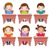 Schulkinder, die auf Tabelle sitzen vektor abbildung