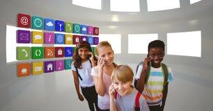 Schulkinder, die Handy durch APP-Ikonen verwenden Stockfotografie