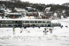 Schulkinder, die Spaß im Schnee an Smiggins-Loch haben Stockfotografie