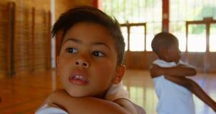 Schulkinder, die Yoga in der Volksschule 4k durchf?hren stock video