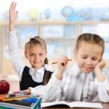 Schulkinder in einem Klassenzimmer stockbilder