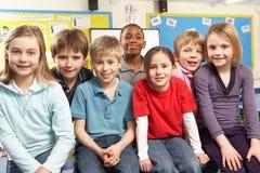 Schulkinder im Klassenzimmer Stockbild