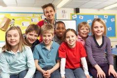 Schulkinder im Klassenzimmer mit Lehrer Lizenzfreies Stockfoto