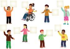 Schulkinder mit leeren Zeichen Lizenzfreie Stockbilder