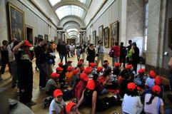 Schulkinder mit roten Beanies am Luftschlitz Stockbilder